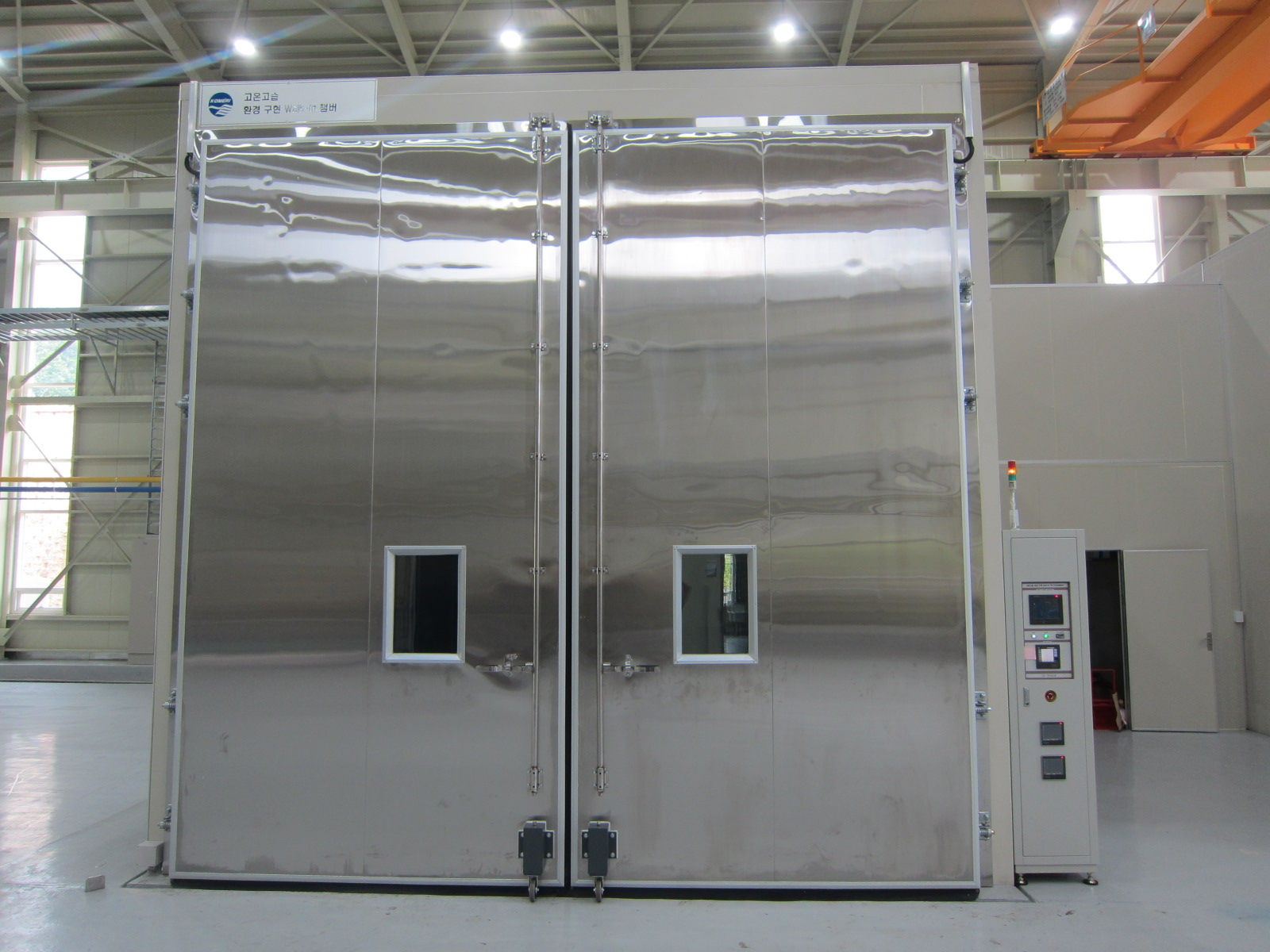 Walk-in chamber for high temperature and high humidity environment